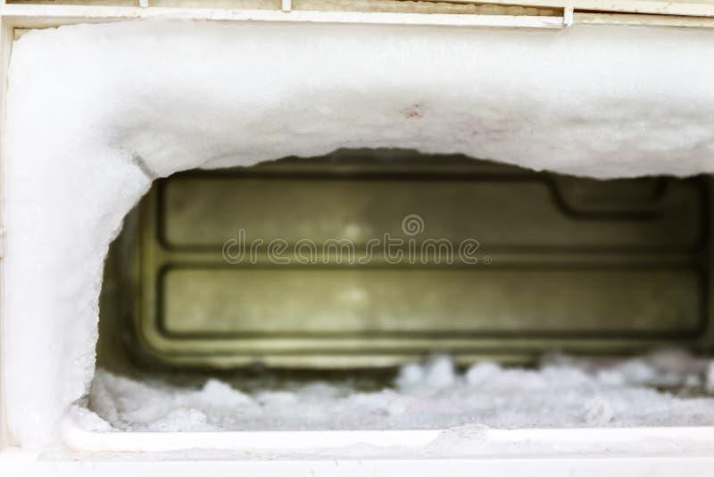 De diepvriezer van een ijskast is volledig van reusachtige gepaste hoeveelheden ijs stock afbeelding