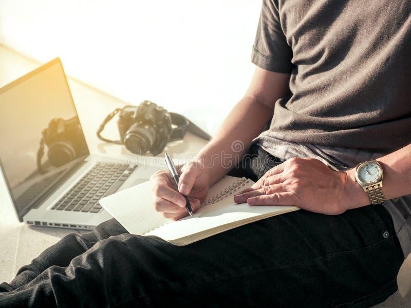 De digitale blog van de mensenlevensstijl schrijft pen op notitieboekje en werkt aan laptop, ontspant een mens het werken van hui royalty-vrije stock foto's