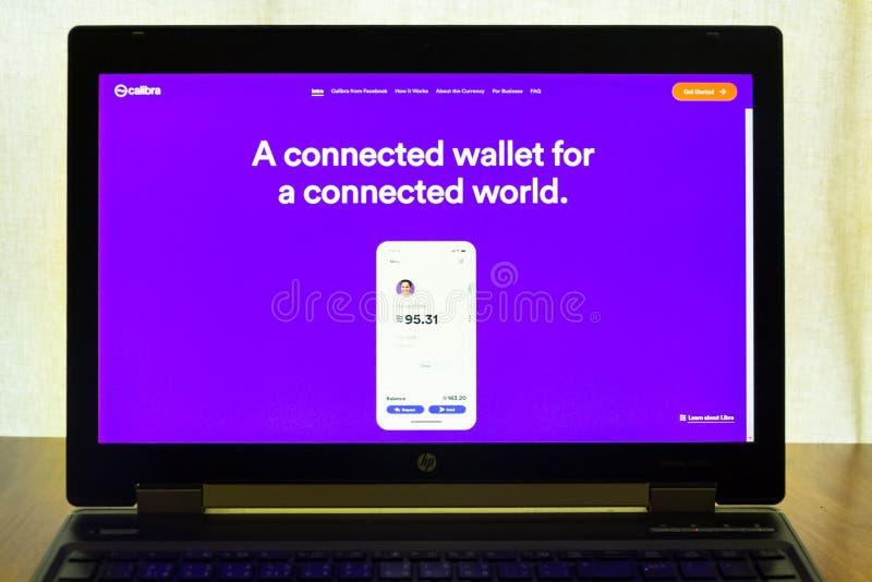 De digitale Calibra portefeuille van Facebook voor de homepage van de cryptocurrencyweegschaal op het notitieboekjescherm royalty-vrije stock afbeelding