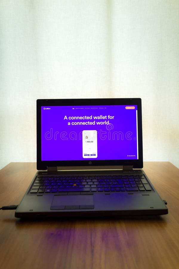 De digitale Calibra portefeuille van Facebook voor de homepage van de cryptocurrencyweegschaal op het notitieboekjescherm stock fotografie