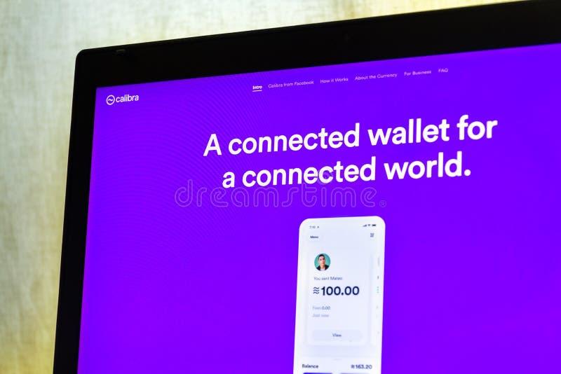 De digitale Calibra portefeuille van Facebook voor de homepage van de cryptocurrencyweegschaal op het notitieboekjescherm royalty-vrije stock afbeeldingen