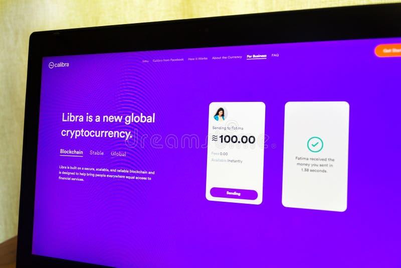 De digitale Calibra portefeuille van Facebook voor de homepage van de cryptocurrencyweegschaal op het notitieboekjescherm stock foto