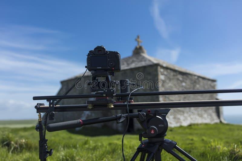 De digitale Camera van SLR Canon op een motie gecontroleerd spoor die tot a leiden royalty-vrije stock fotografie