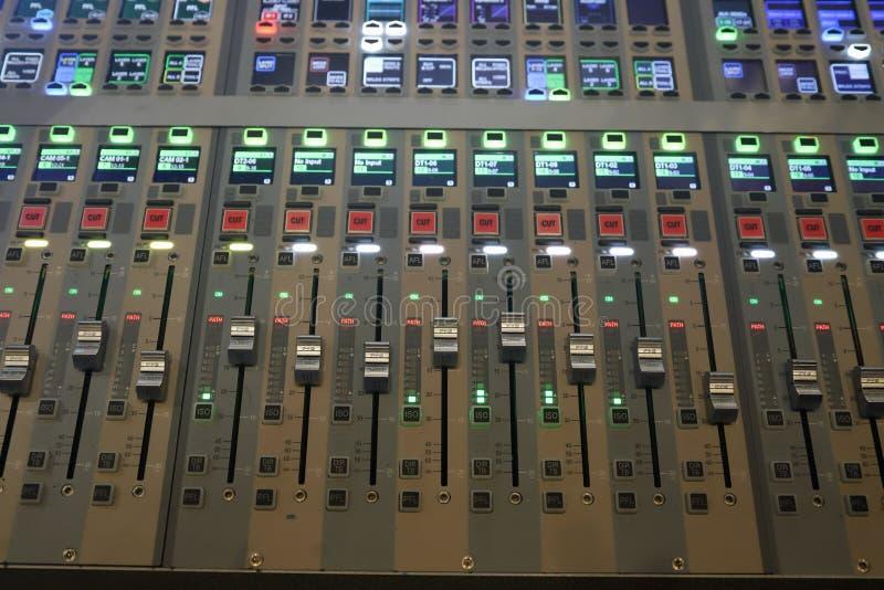 De digitale correcte raad gebruikte om audio te mengen stock afbeelding