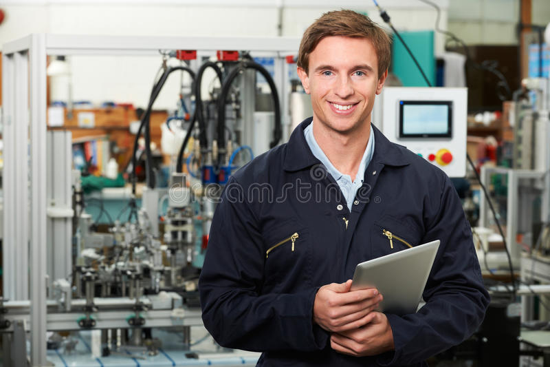 De Digitale Tablet van ingenieursin factory holding royalty-vrije stock afbeelding