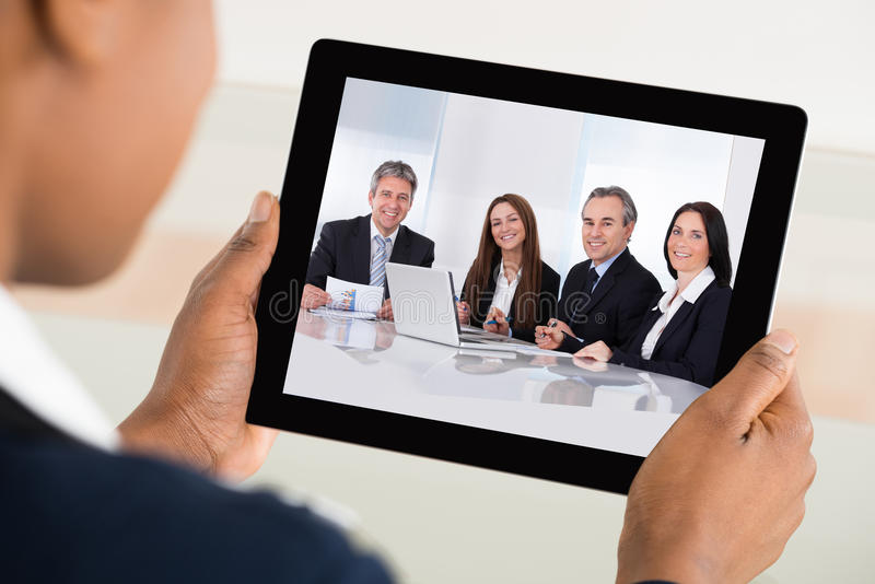 De Digitale Tablet van onderneemstervideo conferencing on royalty-vrije stock afbeeldingen