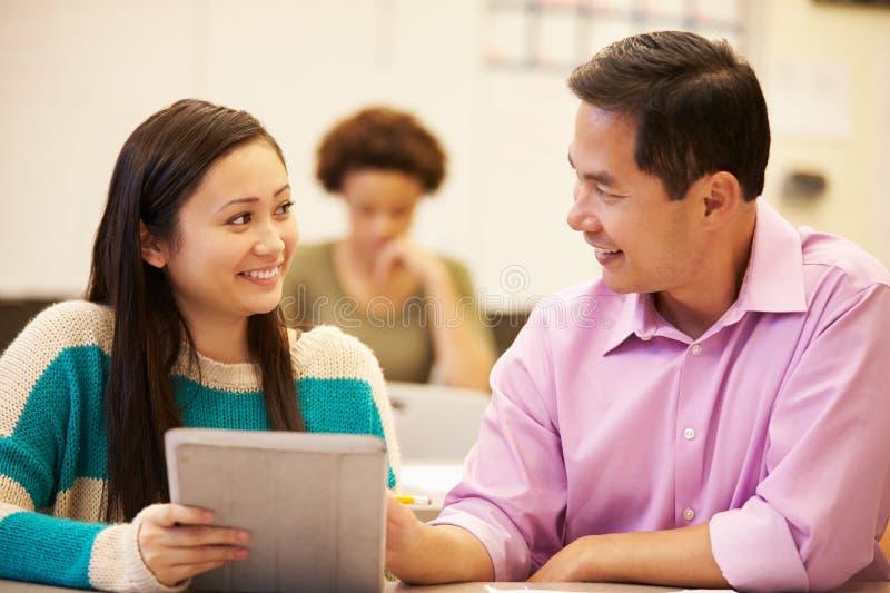 De Digitale Tablet van And Teacher Using van de middelbare schoolstudent stock fotografie