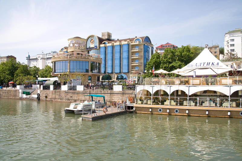 De dijk in de stad van rostov-op-trekt aan stock foto