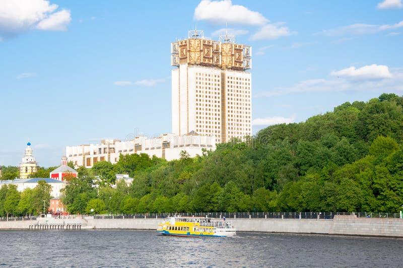 De dijk en het park van Moskou Luzhnetskaya langs de Rivier van Moskou, de Russische Academie van Wetenschappen op de achtergrond royalty-vrije stock foto
