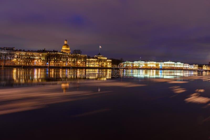 De dijk van admiraliteit en St Isaac& x27; s Kathedraal bij nacht Heilige Petersburg Rusland royalty-vrije stock foto