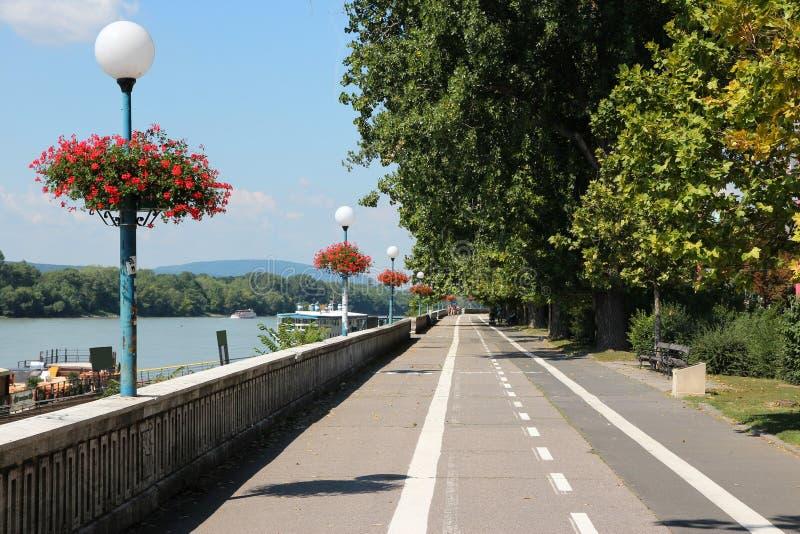 De dijk van Bratislava - van Donau stock afbeeldingen