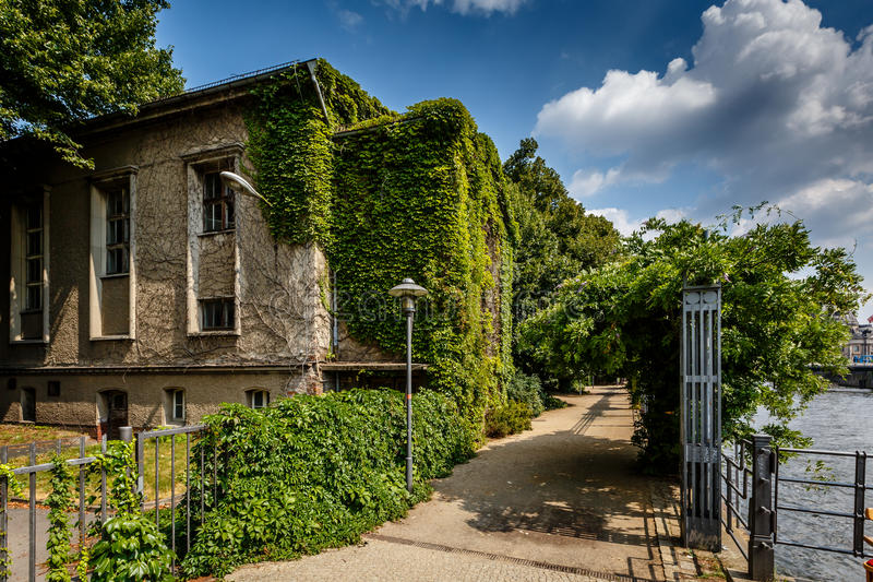 De Dijk van de rivierfuif en Huis met Wijnstokken, Berlijn stock foto