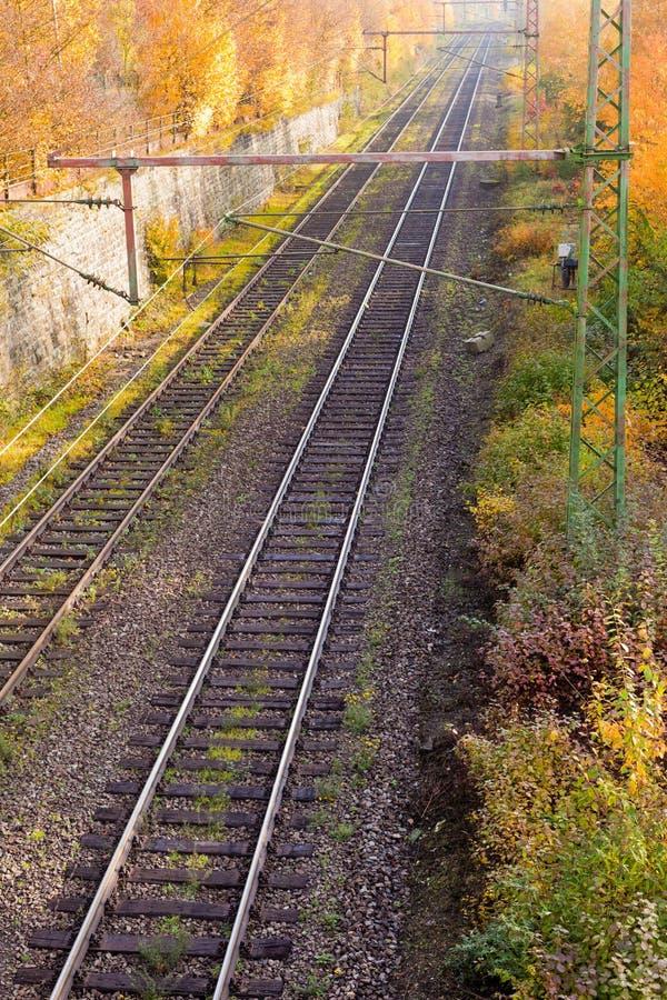 De Dijk van de spoorweg in Daling royalty-vrije stock foto