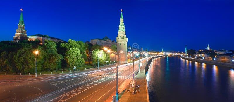 Moskou het Kremlin en de Dijk van het Kremlin bij nacht. royalty-vrije stock afbeelding