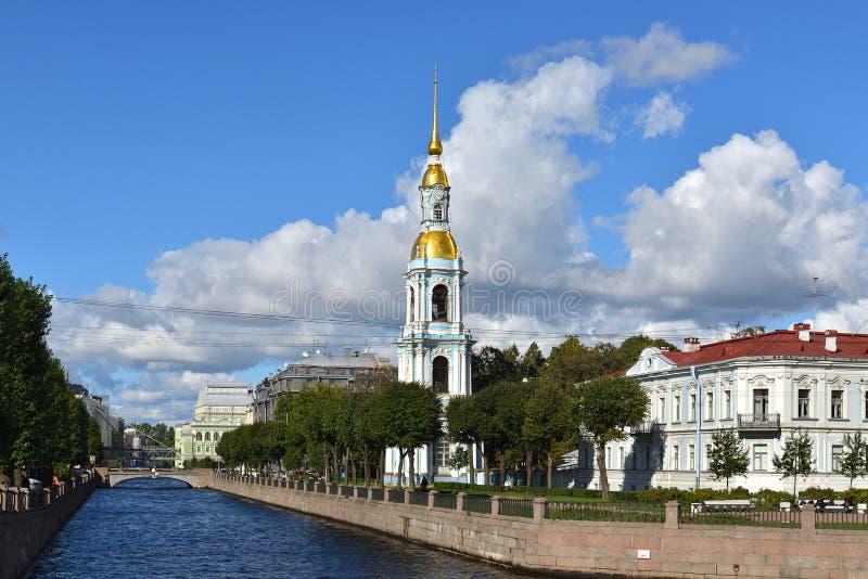 De Dijk van het Kryukovkanaal en ZeedieKathedraal van Sinterklaas plaatselijk als Zeeliedenkathedraal wordt gekend stock foto