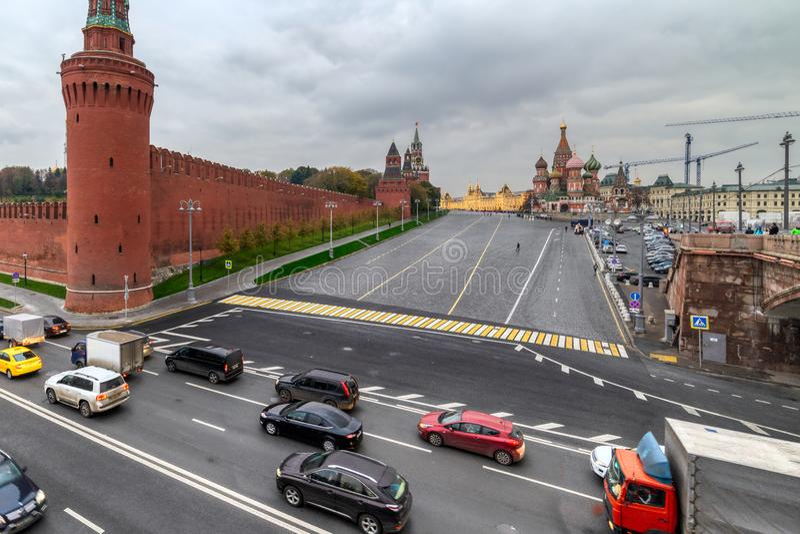 De dijk van Moskou het Kremlin in de de zomeravond, een donkere, regenachtige dag royalty-vrije stock fotografie