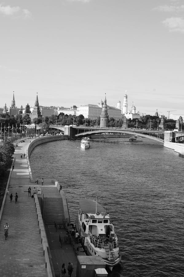De dijk van de Rivier van Moskou, de Grote Steenbrug, het Kremlin, en plezierboten, Rusland, Europa stock foto's