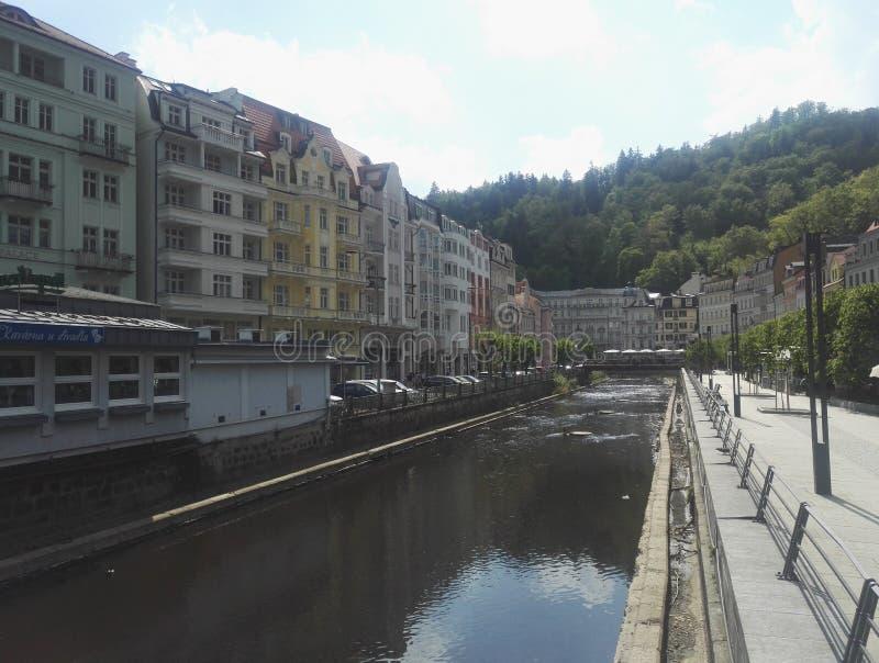 De dijk van de Tepla-Rivier in Karlovy varieert, Tsjechische Republiek stock afbeeldingen