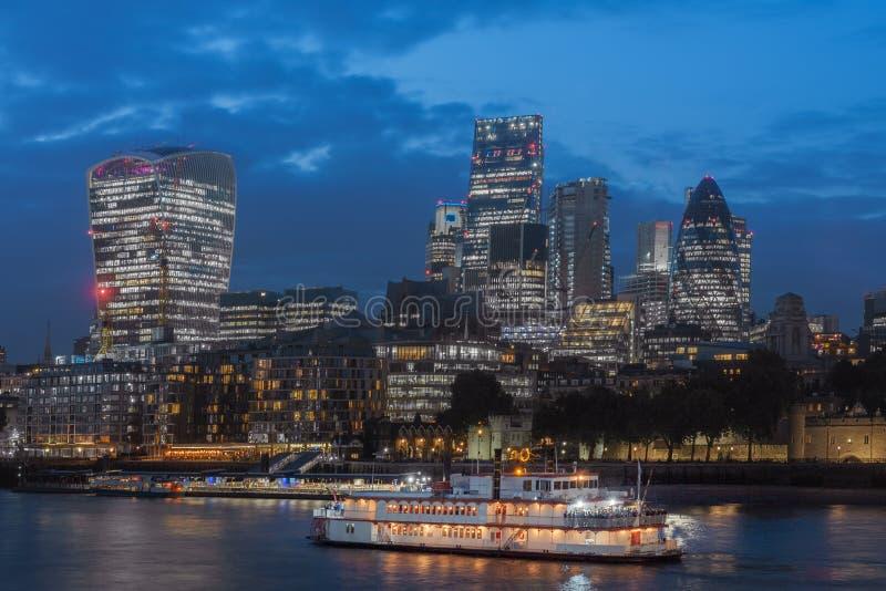 De dijk van Theems en de wolkenkrabbers van Londen in Stad van Londen in Th stock foto's