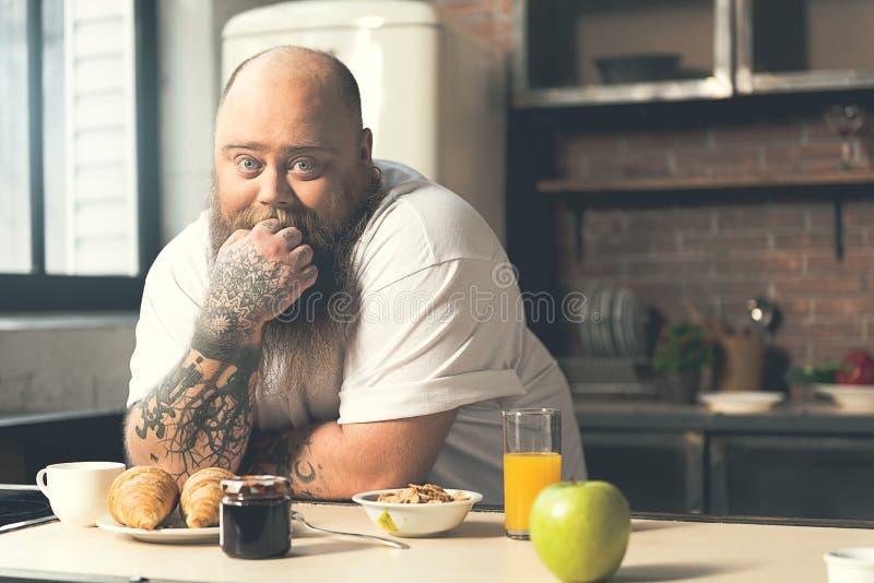 De dikke kerel wil eten royalty-vrije stock fotografie