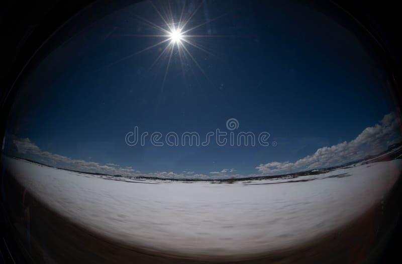 De dikke sneeuw en de blauwe hemel verlichten de glans royalty-vrije stock foto