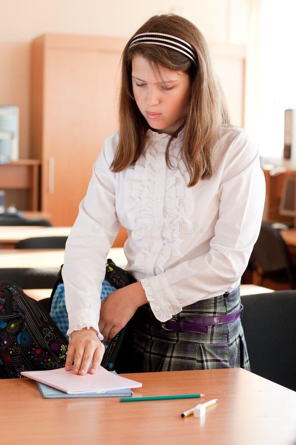 De dingen van het schoolmeisjepakken van Preteen in haar zak stock afbeelding