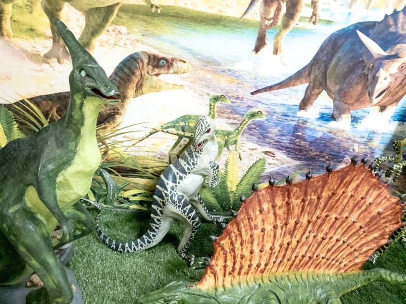 De de Dinosaurusstandbeelden van de dinosaurustentoonstelling sluiten omhoog De tentoonstelling van kinderen van dinosaurussen vo royalty-vrije stock fotografie