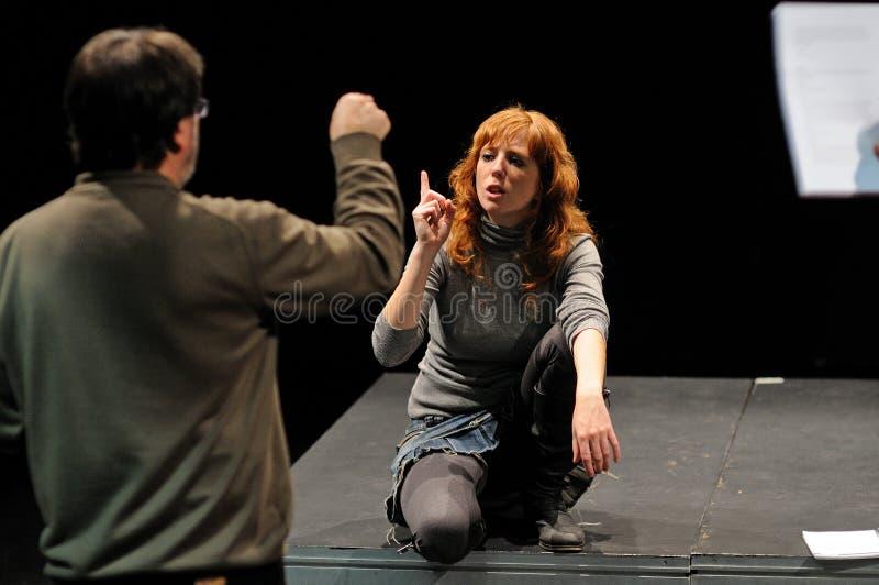 De directeur van het het Theaterinstituut van Barcelona, onderwijst zijn actoren in de komedie Shakespeare voor de Uitvoerende ma stock afbeelding
