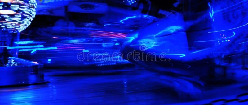 De disco steekt synth de rit van het het neon funfair kermisterrein van de golfdamp, Nachtkleuren van aan pretpark lo-FI stock fotografie