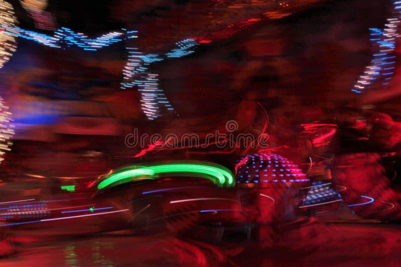 De disco steekt synth de rit van het het neon funfair kermisterrein van de golfdamp, Nachtkleuren van aan pretpark lo-FI stock afbeeldingen