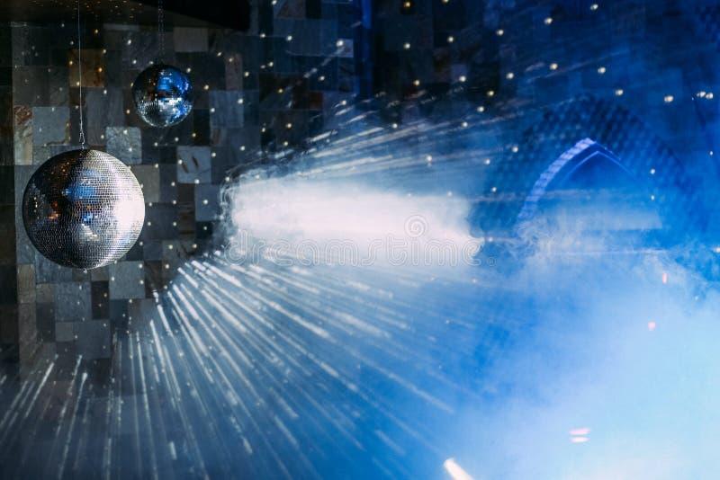 De disco van de spiegelbal met blauwe lichte rook stock illustratie