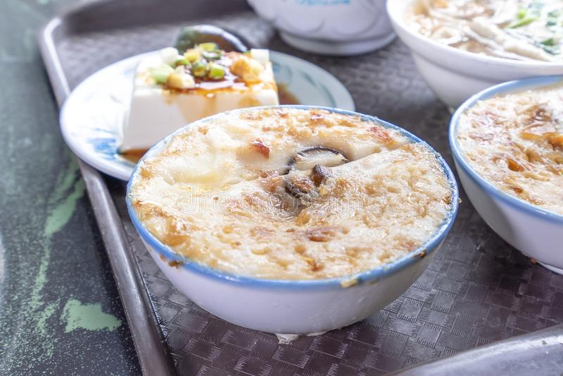 De distinctieve beroemde snacks van Taiwan ` s: Smakelijke gui van rijstebrijwa in een witte kom op steenlijst, de Delicatessen v royalty-vrije stock afbeelding