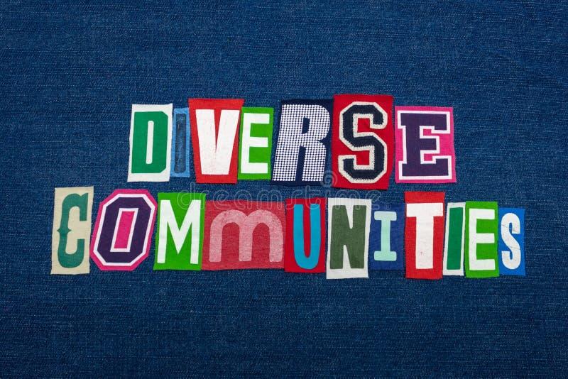 De DIVERSE GEMEENSCHAPPEN collage van het tekstwoord, multi gekleurde stof op blauw denim, communautair diversiteitsconcept stock foto's
