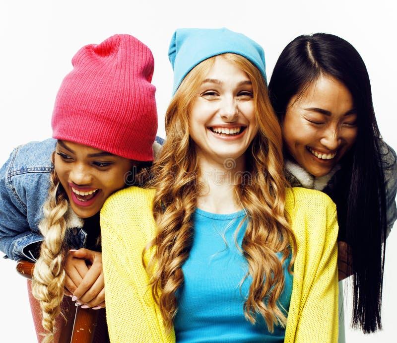 De diverse groep van natiemeisjes, tiener vrolijke hav van het vriendenbedrijf royalty-vrije stock foto