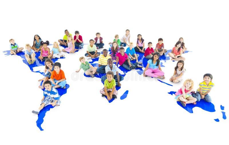 De diverse Kinderen die op Wereld zitten brengen in kaart royalty-vrije stock foto