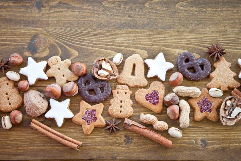 De diverse koekjes en noten van Kerstmis stock afbeelding