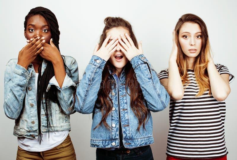 De diverse multinatiemeisjes groeperen zich, tiener vrolijk vriendenbedrijf die pret hebben, het gelukkige glimlachen, het leuke  stock foto's