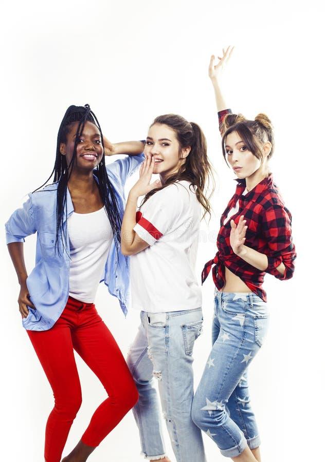De diverse multinatiemeisjes groeperen zich, tiener vrolijk vriendenbedrijf die pret hebben, het gelukkige glimlachen, het leuke  stock afbeelding