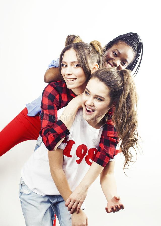 De diverse multinatiemeisjes groeperen zich, tiener vrolijk vriendenbedrijf die pret hebben, het gelukkige glimlachen, het leuke  stock foto