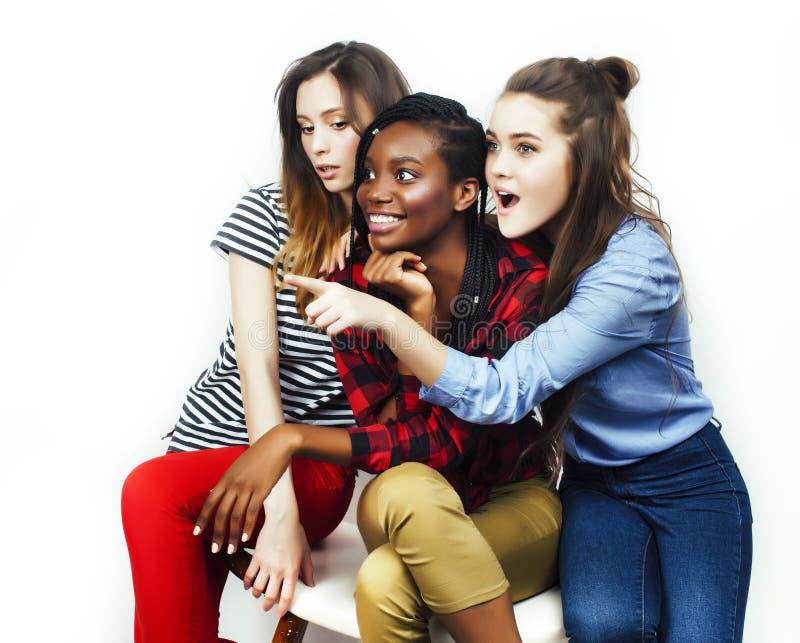 De diverse multinatiemeisjes groeperen zich, tiener vrolijk vriendenbedrijf die pret hebben, het gelukkige glimlachen, het leuke  stock afbeeldingen
