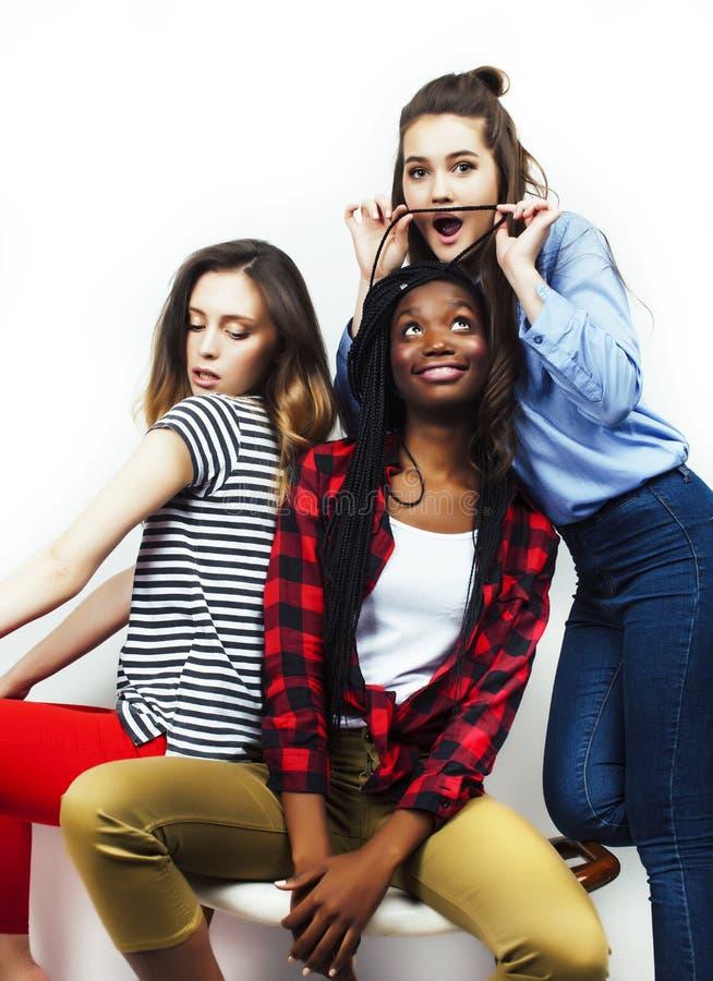 De diverse multinatiemeisjes groeperen zich, tiener vrolijk vriendenbedrijf die pret hebben, het gelukkige glimlachen, het leuke  royalty-vrije stock foto