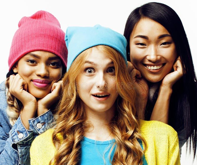 De diverse natiemeisjes groeperen zich, tiener vrolijk vriendenbedrijf die pret hebben, het gelukkige glimlachen, het leuke stell stock foto