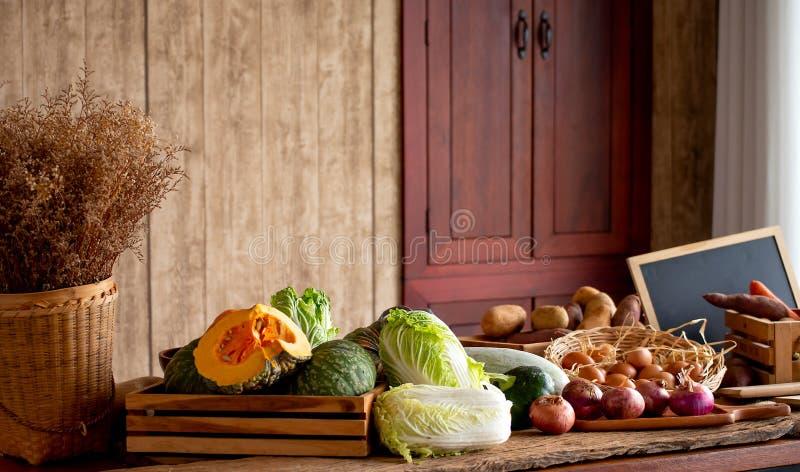 De diverse types van grondstoffen in de keuken omvatten groenten, eieren, ui en andere voor binnenshuis het koken stock afbeeldingen