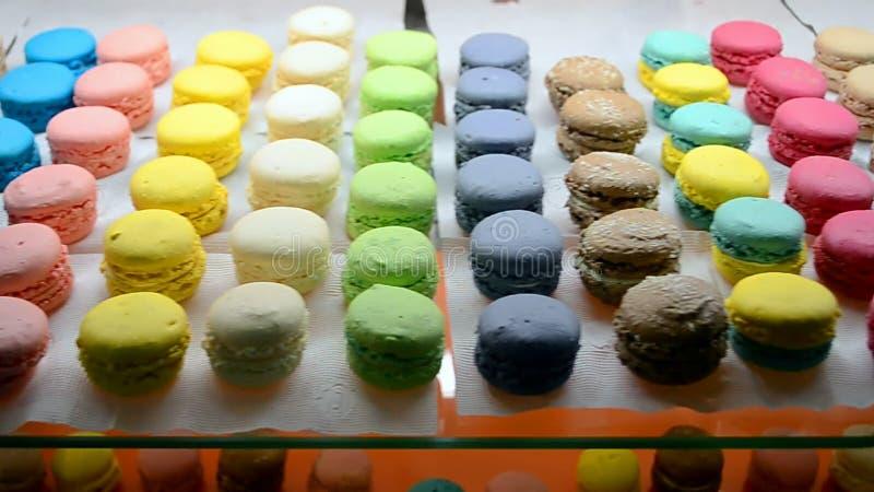 De diversiteit van de koekjeshoop op glasoppervlakte, de diversiteit van het regenboogvoedsel, stock videobeelden