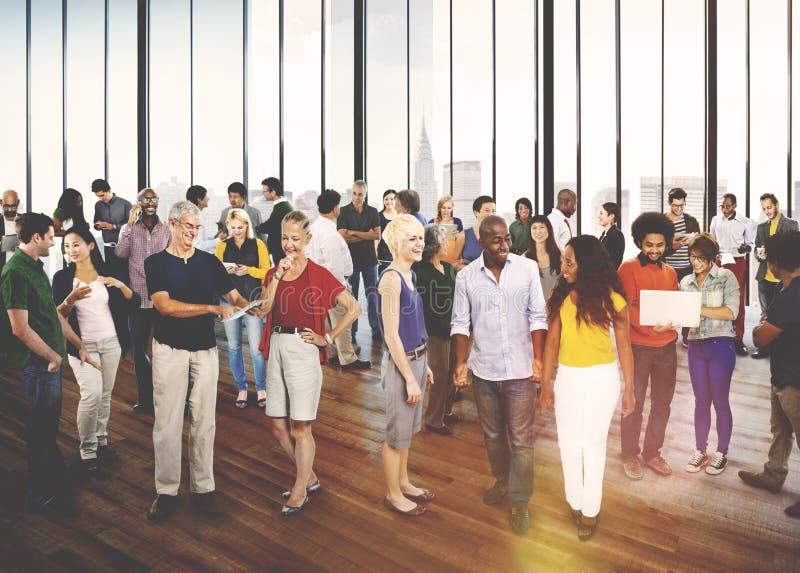 De Diversiteit van groepsmensen Toevallige Communautaire het Spreken Conc Interactie stock foto