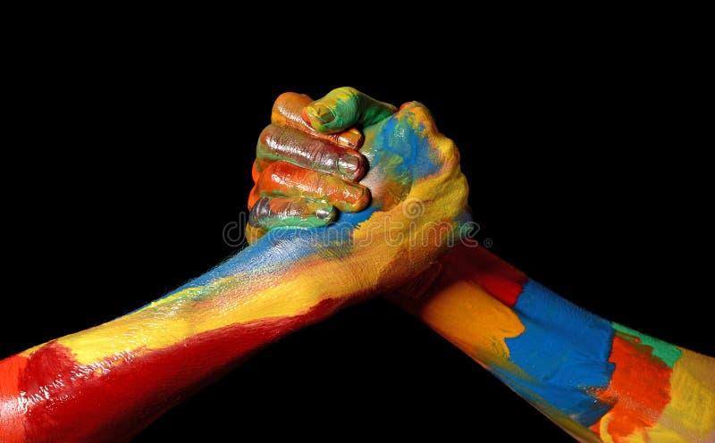 De diversiteitsconcept van twee Vrienden Toevallig vergadering geschilderd handen stock afbeeldingen