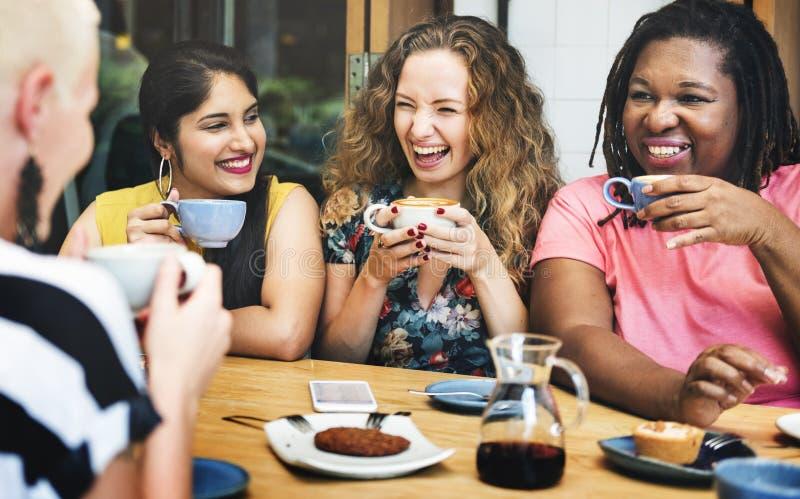 De diversiteitsvrouwen socialiseren samen Eenheidsconcept stock foto