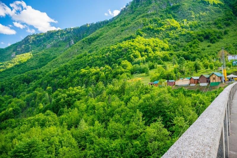 De Djurdjevic-Brug kruist de canion van Tara River stock fotografie