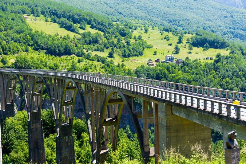 De Djurdjevic-Brug kruist de canion van Tara River in het noorden van Montenegro Toeristenconcept royalty-vrije stock foto