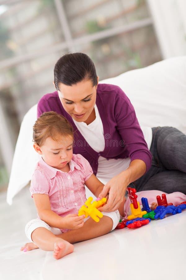 De dochter van de moeder het spelen stock afbeeldingen